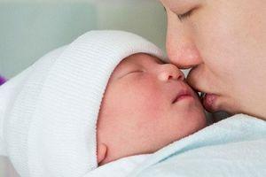 Bác sĩ Nhi khoa cảnh báo thêm một loạt virus cực nguy hiểm, dễ dàng lây khi hôn trẻ nhỏ