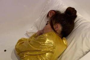 Ninh Dương Lan Ngọc ngủ trong bồn tắm sau 17 tiếng làm việc
