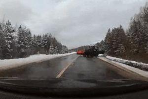 Ôtô đâm thẳng vào xe đầu kéo sang đường ẩu