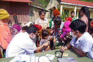 Tỉnh Quảng Nam tổ chức đoàn khám bệnh, trao quà tặng nhân dân Lào