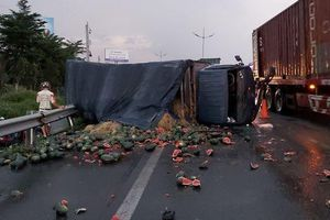 Xe tải chở dưa hấu lật ngang trên cao tốc TP HCM - Trung Lương