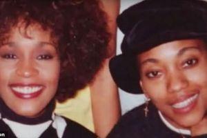 Whitney Houston yêu bạn gái đồng giới từ năm 17 tuổi