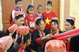 Tuyên Quang: Nghề dệt, thêu tay truyền thống của đồng bào Dao