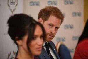 Meghan Markle bị cáo buộc 'lợi dụng' chồng để đối phó với sự soi mói của truyền thông và chống lại Hoàng gia Anh