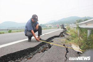 Đường dẫn lên cầu vượt cao tốc 34.500 tỷ sụt lún, nứt toác: VEC đổ lỗi cho dân, chính quyền bác bỏ