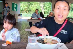 Cuối cùng Quỳnh Trần JP đã 'chịu' dừng ăn uống 1 ngày để quay vlog ngoài trời, nhưng màn 'đu đưa' của bé Sa mới chiếm trọn spotlight