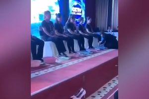 CEO quỳ xuống rửa chân cho nhân viên có doanh thu cao