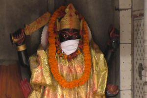 Ô nhiễm đỉnh điểm, người Ấn Độ đeo khẩu trang cho tượng thần