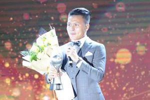 Quang Hải xúc động sau khi nhận giải tại Awards 2019