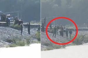 Vụ nữ sinh lớp 6 tử vong ở Nghệ An: Bà nội lạnh lùng thực nghiệm hiện trường xô cháu xuống nước