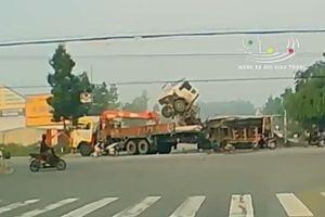 Kinh hoàng ô tô tải đâm xe ben chổng ngược lên trời giữa ngã tư