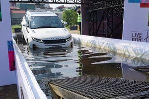 Trải nghiệm khả năng lội nước, vượt dốc đứng của Range Rover
