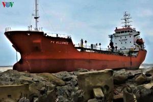 Khẩn cấp xử lý, chống tràn dầu từ tàu 5.000 tấn mắc cạn ở Quảng Ngãi