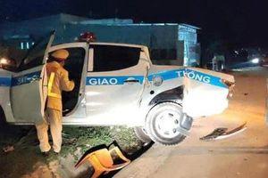 Xe Cảnh sát giao thông bị xe tải tông khi đang làm nhiệm vụ