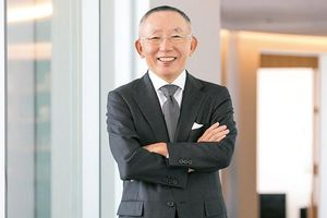 Người giàu nhất Nhật Bản 'khuấy đảo' thời trang Việt Nam