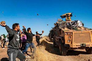 Người Kurd ném đá vào đoàn xe Nga-Thổ Nhĩ Kỳ tuần tra ở Syria
