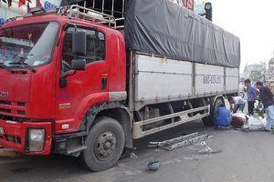 Ôtô tải tông 6 xe máy dừng đèn đỏ, 4 người bị thương