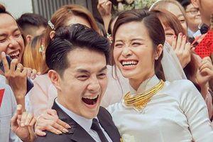 Đông Nhi huy động 1.000 nhân lực, 2 tấn hoa cho lễ cưới trên bãi biển