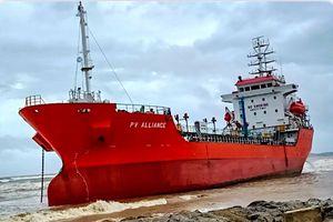 Khẩn cấp chống tràn dầu cho tàu mắc cạn trên biển