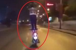 Nam thanh niên gặp nạn vì đứng trên yên xe máy biểu diễn