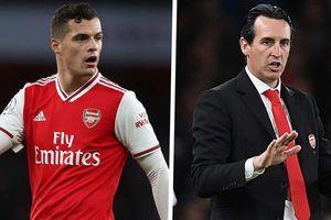 Khiêu khích cổ động viên, sao Arsenal trả giá đắt