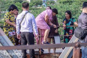Đóng cửa phố đường tàu, khách Tây 'dạt' ra cầu Long Biên