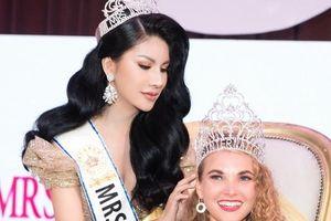 Loan Vương trao vương miện cho người kế nhiệm tại Mrs International