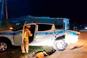 Xe ô tô CSGT đang làm nhiệm vụ bị tông 'bay' xuống rãnh nước