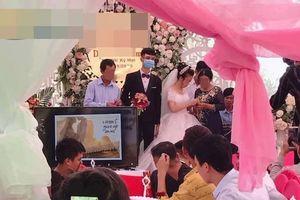 Hình ảnh chú rể bịt khẩu trang trên sân khấu làm lễ cưới trước nhiều quan khách gây tranh cãi
