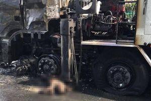 Xe máy 'đấu đầu' ô tô tải tại Đồng Tháp, người đàn ông bị chết cháy