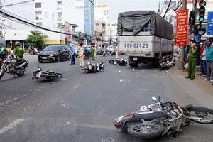 Xe tải 'lùa' hàng loạt xe máy chờ đèn đỏ ở Long Xuyên