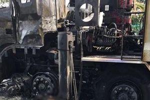 Chết cháy sau khi va chạm với xe tải