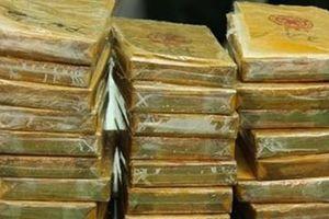Gia cố sàn ô tô, tạo khoang bí mật giấu 220 bánh heroin