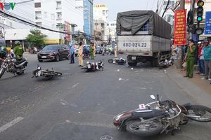 Xe tải tông hàng loạt xe máy đang dừng đèn đỏ, 4 người bị thương