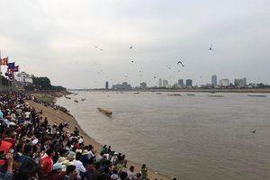 Campuchia khai mạc lễ hội đua thuyền, cúng trăng truyền thống