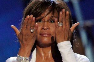 Sau 7 năm ngày mất, fan tìm ra clip huyền thoại quá cố Whitney Houston khóc lóc, gọi tên người tình đồng tính