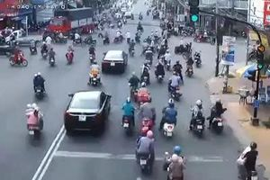 Hãi hùng xe tải chồm tới 'ủi' hàng loạt người dừng đèn đỏ ở An Giang