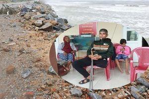 Kè chắn sóng bị đánh tan tác, dân làng chài sơ tán tránh bão