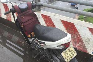 TP. HCM: Bỏ lại xe máy, nam sinh viên nghi nhảy từ cầu vượt xuống đất tự tử