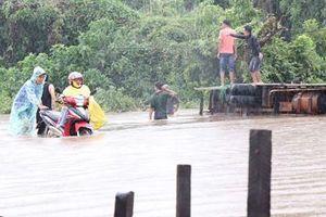 Hàng trăm nhà dân ngập, nguy cơ vỡ hồ chứa 700.000 m3 nước