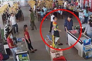 Người đàn ông thẳng tay tát nhân viên bán hàng vì 'dám' yêu cầu con mình trả tiền mua xúc xích