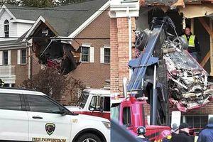 Kinh hoàng chiếc Porsche 'bay' đâm thủng tường nhà, 2 người chết tại chỗ