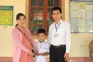 Học sinh lớp 3 nhặt được tiền và vàng đem trả lại người đánh rơi