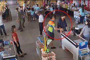 Nhân viên trạm dừng nghỉ bị đánh vì nhắc nhở cháu bé bóc gói xúc xích