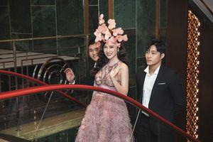 Angela Phương Trinh mặc váy trong suốt đi sự kiện