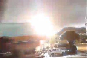 Trụ điện nổ như bom trong cơn mưa bão ở Bình Định