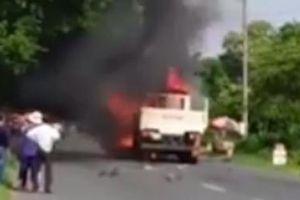 Bị kéo lê dưới gấm xe tải, xe máy bùng cháy, một người tử vong