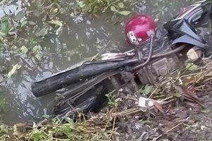 Nam công nhân tử vong cạnh xe máy dưới mương nước