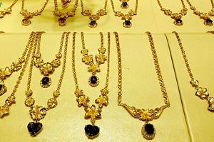 Giá vàng SJC tăng nhẹ khi vàng thế giới giảm sâu