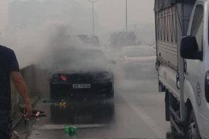Hà Nội: Ô tô Mercedes đang di chuyển thì bốc cháy dữ dội, tài xế may mắn kịp lao ra ngoài